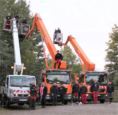 Baumpflege Sievers - Gruppenbild mit Hubsteiger